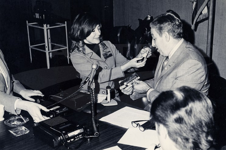 Passenger service representative speaking with the mayor of New Haven, Conn., 1971.