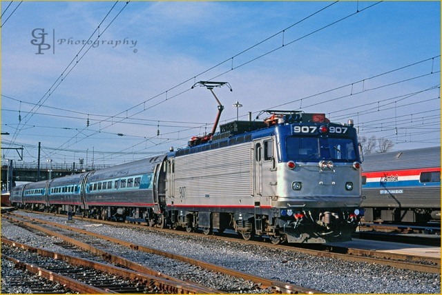 AEM-7 No. 907 pulls an Acela Regional train.